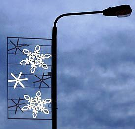 the availability of weather proof xmas lights and their relative cheap prices have led to a more recent tradition people in many parts of the